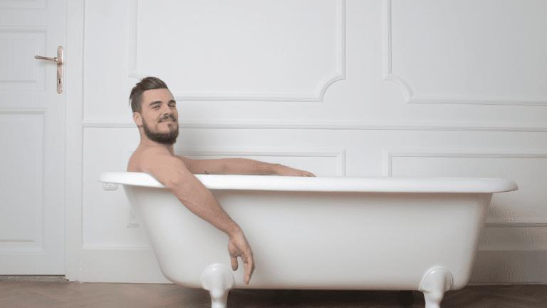 image homme dans son bain